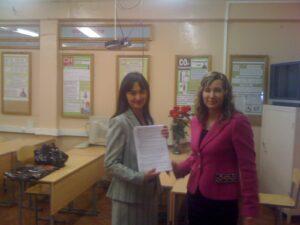 Экологическая Академия Обучение по Экологической Безопасности дистанционно преподаватель вручает женщине документы фото
